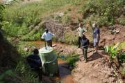 Besichtigung des Wasserleitungsprojekts der Schule in Kibwigwa, das durch Hilfe unserer Studenten und Lehrenden fertiggestellt werden konnte